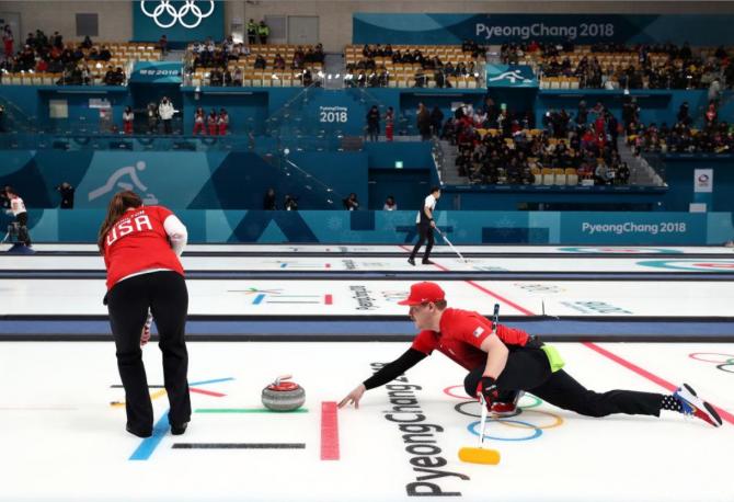 컬링-믹스더블 경기 중 - 평창동계올림픽 대회 공식사이트 제공